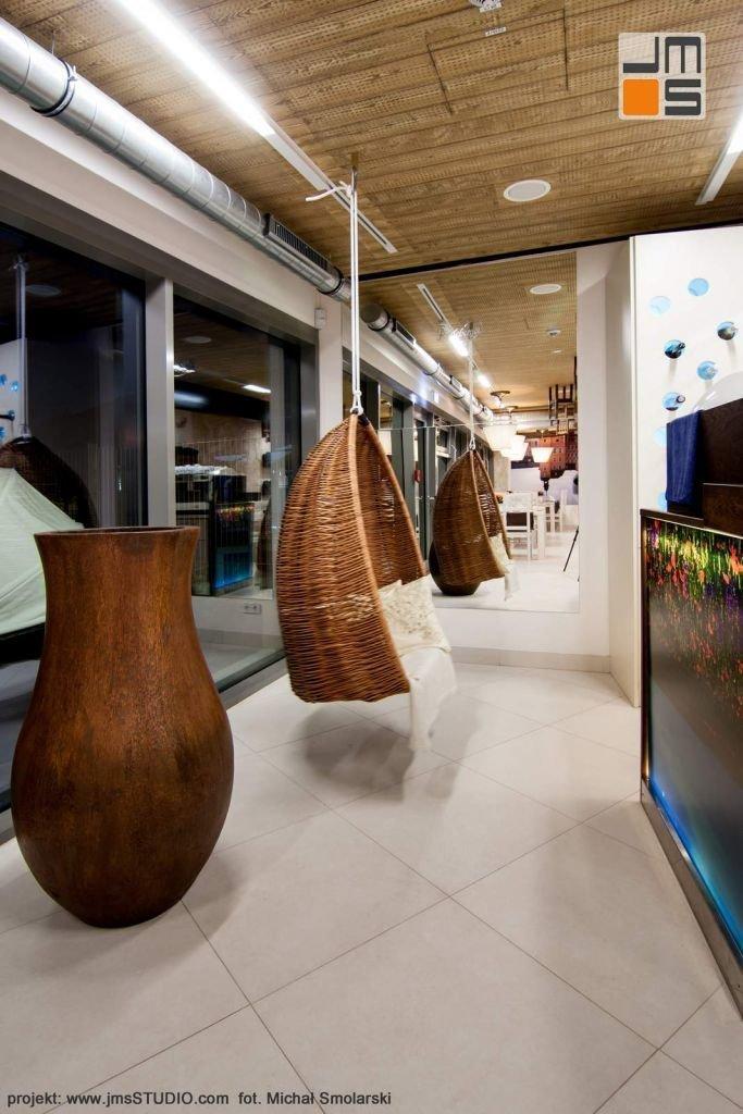 2016 09 jmsstudio 12 projekt wnetrz restauracji krakow zaprojektowanao wiszacy wiklinowy fotel kosz dla klientow