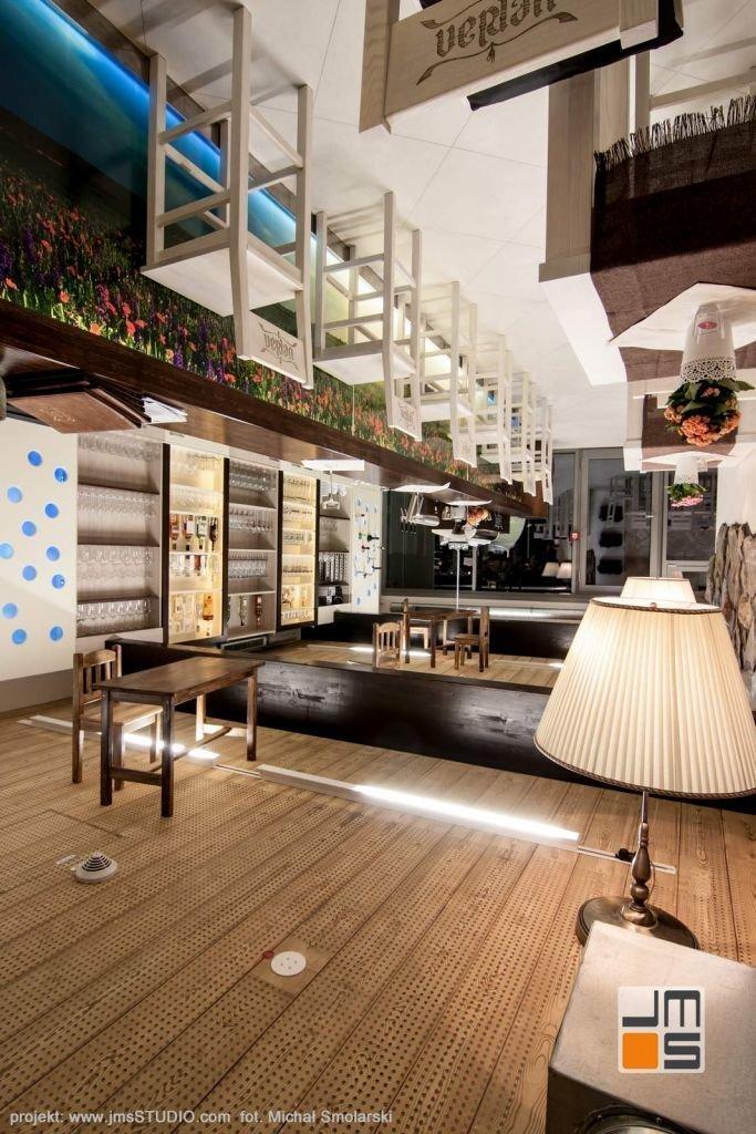 2016 09 jmsstudio 15 projekt wnetrz restauracji krakow meble drewniane montowane do sufitu to oryginalny pomysl na wnetrze