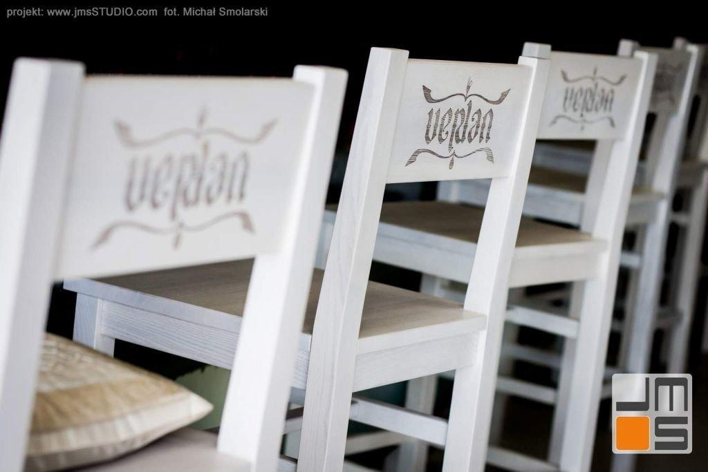 2016 09 jmsstudio 21 projekt wnetrz restauracji krakow piekne drewniane krzesla z wypalonym laserem logo restauracji