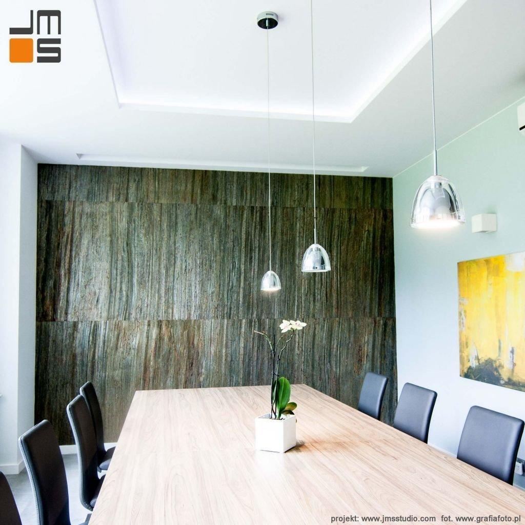 projekt aranżacji wnętrz biurowych w Krakowie zakładał ścianę z kamienia naturalnego typu lupek naturalny na scianę