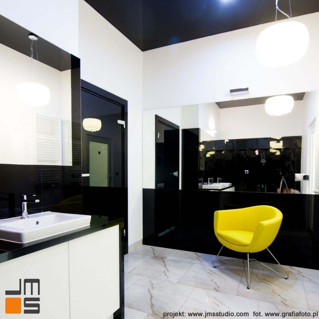 Łazienka biurowa z akcentem kolor zółty i czarno białe płytki