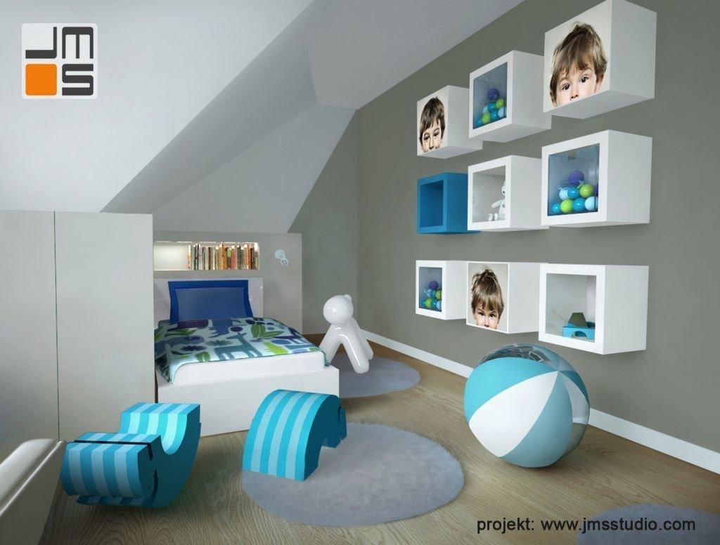 Nadruk zdjęć dziecka na szafkach w projekcie wnętrz pokoju dziecięcego