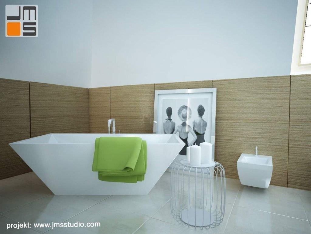 Minimalistyczny salon kompielowy z dużym zdjęciem retro jako akcentem w projekcie wnętrza, oraz z wanną wolnostojącą i fornirowanymi drewnianymi wykończeniami ścian łazienki na poddaszu