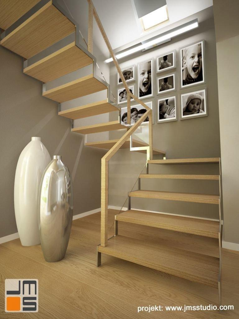 Aranżacja wnętrz folu ze schodami ażurowymi drewnianymi na lekkiej konstrukcji stalowej z nierdzewki i drewnianymi stopnicami z jesionu