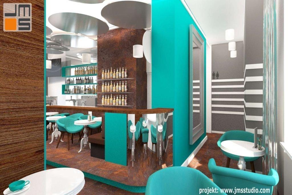 W luatrzanej powierzchni baru odbija się wnętrze kawiarni z turkusowymi akcentami