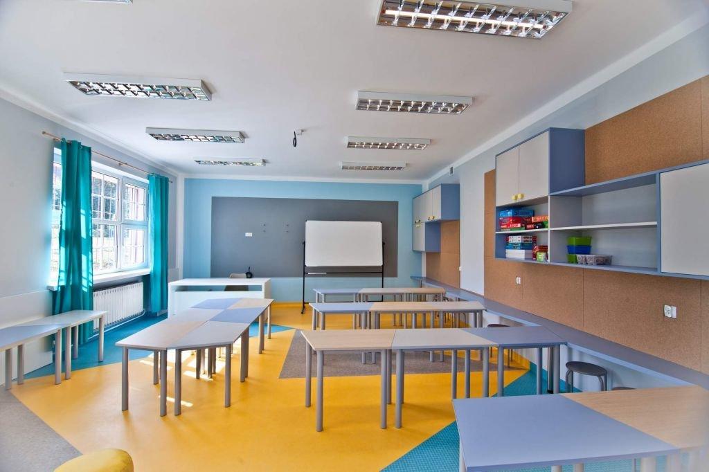Farba tablicowa i płyty korkowe zaprojektowane we wnętrzu klasy - świetlicy w szkole w Żegocinie