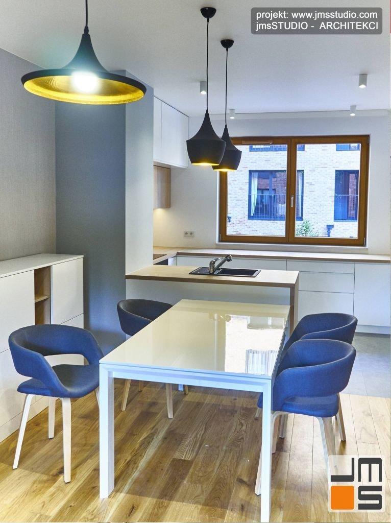 W projekcie wnętrz mieszkania w Krakowie przewidziano duży stół który będzie pełnił szereg funkcji od stoły jadalnianego po biurko do pracy