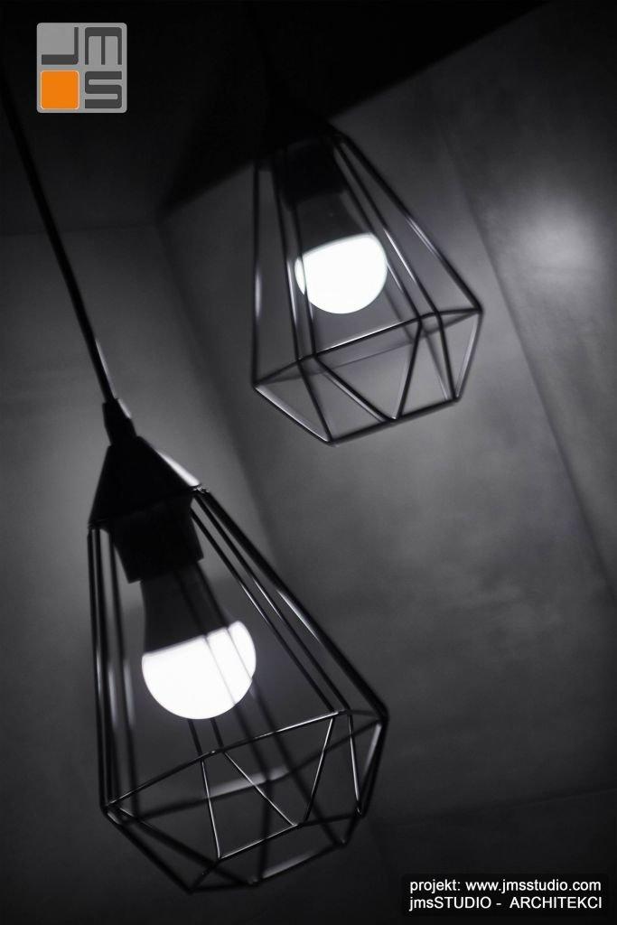 nowoczesne mocno graficzne lampy o geometrycznej strukturze we wnętrzu łazienki