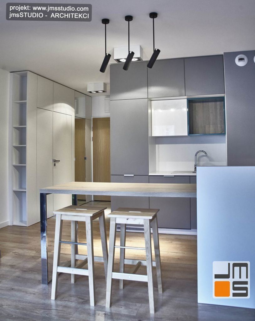 drewniane hokery we wnętrzu kuchni w mieszkaniu do wynajęcia w Krakowie