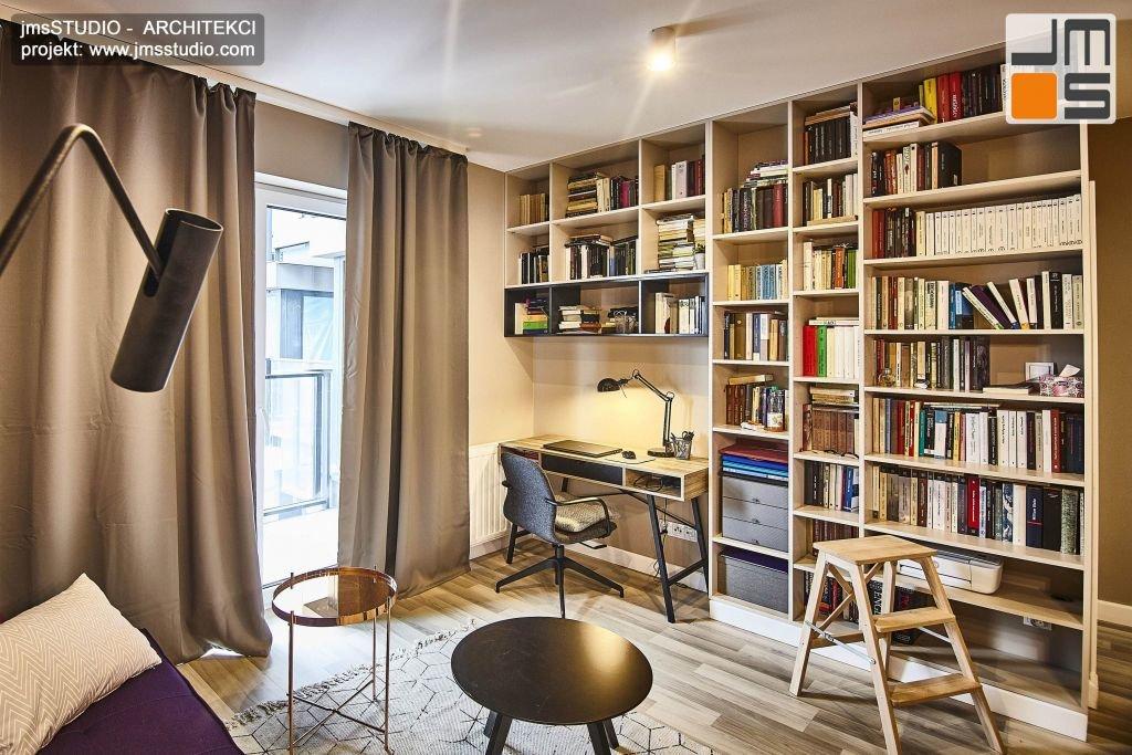Ciężkie zasłony, stonowana kolorystyka wiele form i wzorów tworzą piękny i oryginalny projekt wnętrza w stylu soft loft w Krakowie w mieszkaniu miejskim