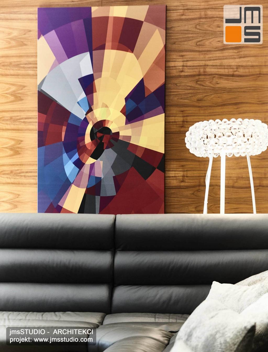 2018 06 abstrakcyjny obraz w formie mocnej kolorowej  grafiki świetnie komponuje się w projekcie wnętrz z drewnem orzechowym i lampą caboch na tle szarej sofy