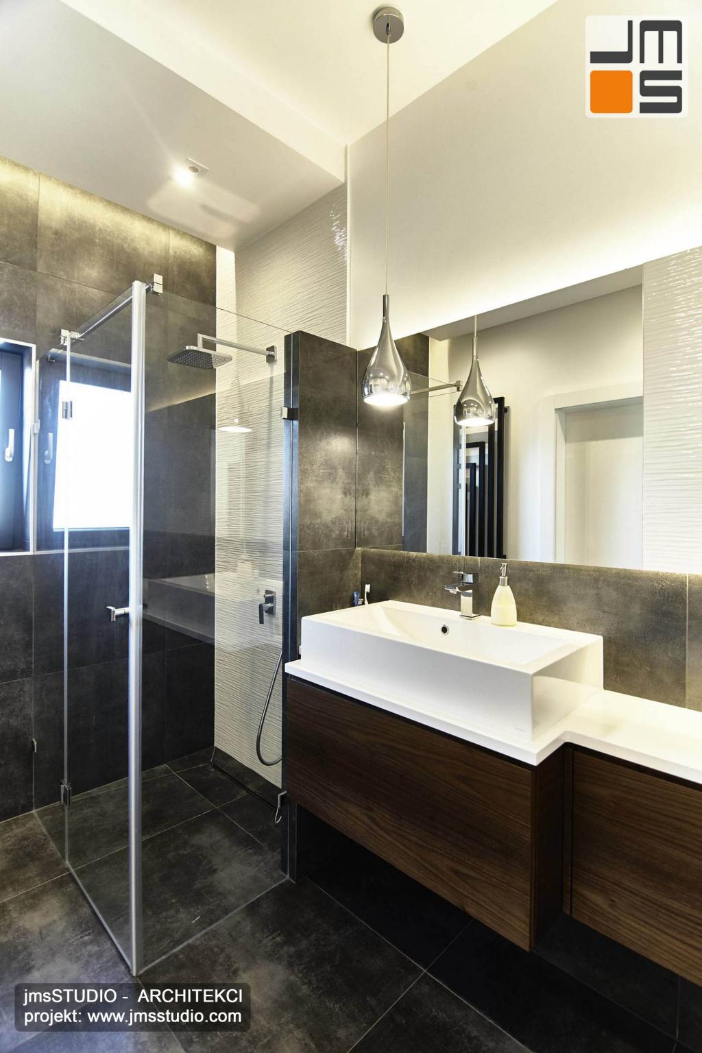 2018 06 bardzo elegancki i prosty projekt wnętrz łazienki pod Poznaniem zakładał zastosowanie ciemnych płytek gresowych oraz dużych luster i drewna w łazience