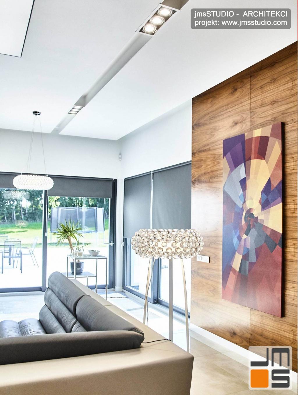 2018 06 duże obrazy współczesne oraz kryształowe lampy caboch są bardzo ważnymi dodatkami w  projekcie wnętrz dużego salonu w rezydencji pod Poznaniem