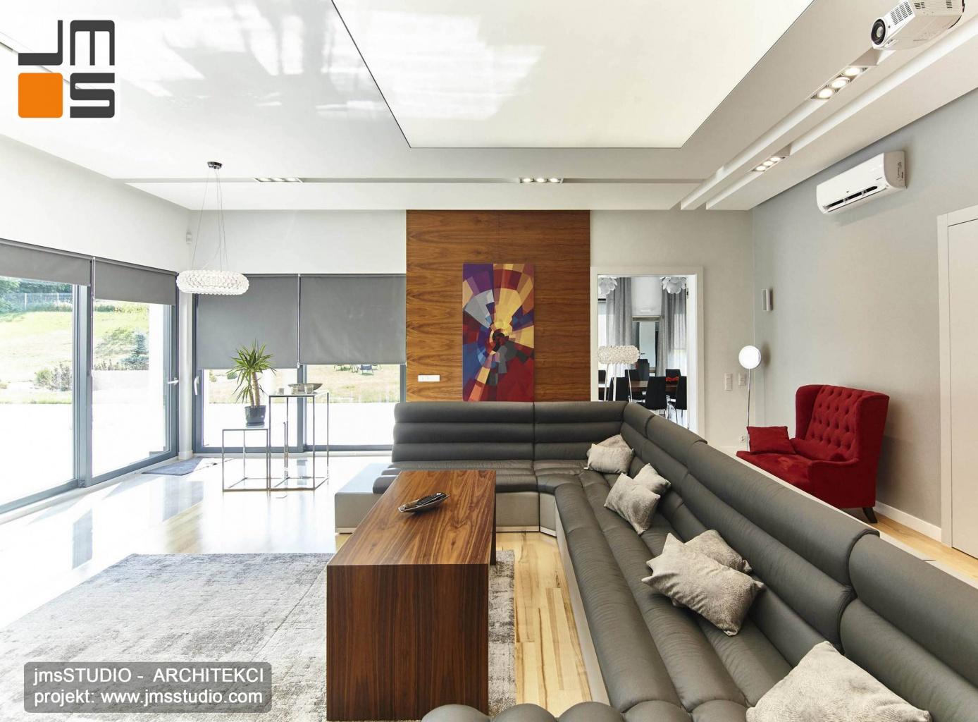 2018 06 duży wypoczynek z szarej eko skóry o nowoczesnym prostym wyglądzie to element projektu wnętrz w strefie dziennej salonu w domu pod Poznaniem