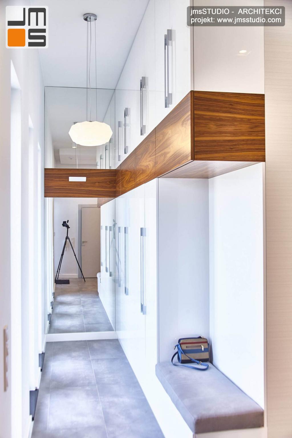 2018 06 meble do prostych wnętrz dużej garderoby zaprojektowano w białej płycie lakierowanej z wstawkami z orzecha