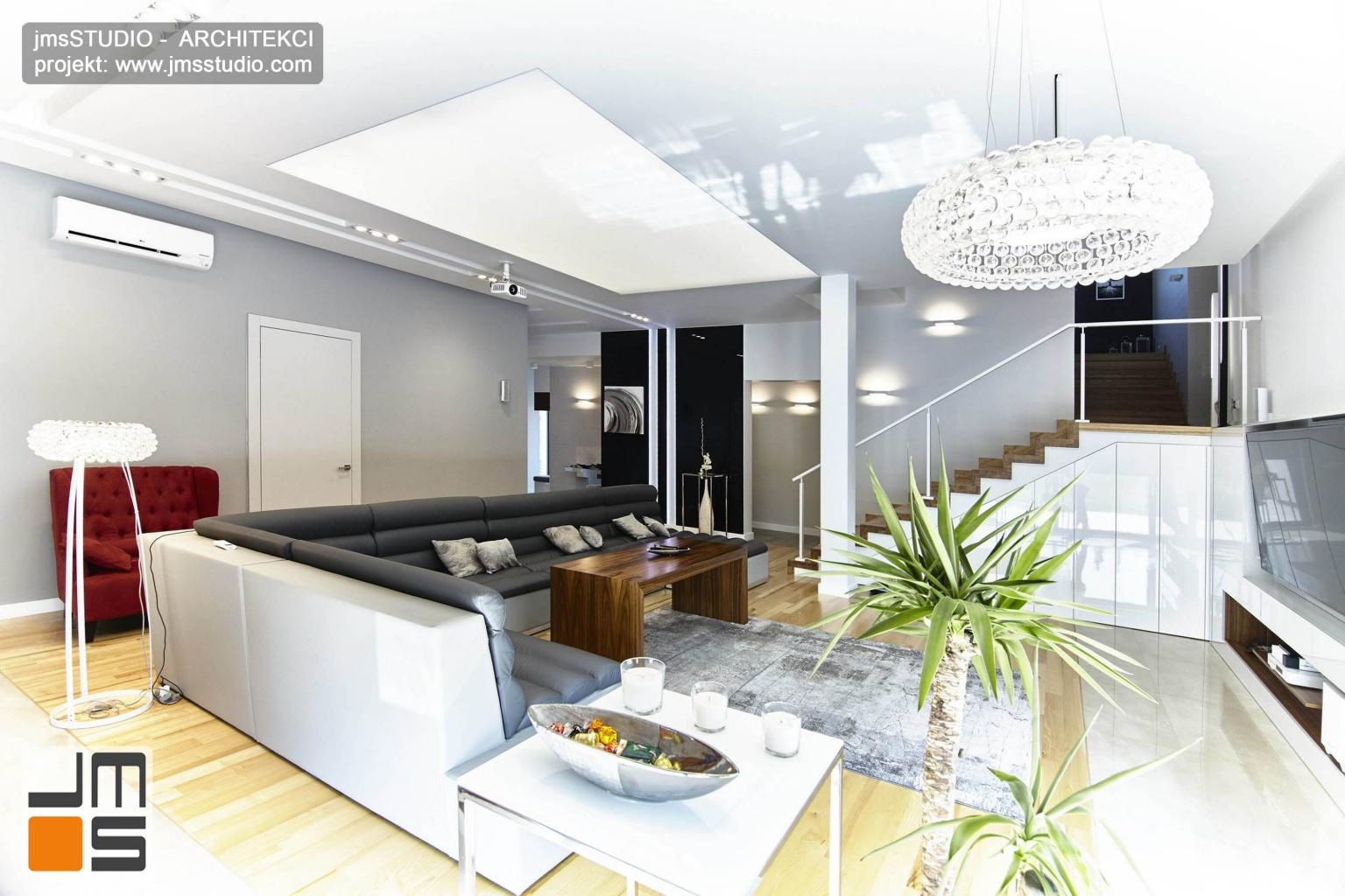 2018 06 pod Poznaniem w projekcie wnętrz wykorzystano przestrzeń pod schodami w salonie  jako miejsce na ciekawą zabudowę meblową z lakierowanymi na biało frontami