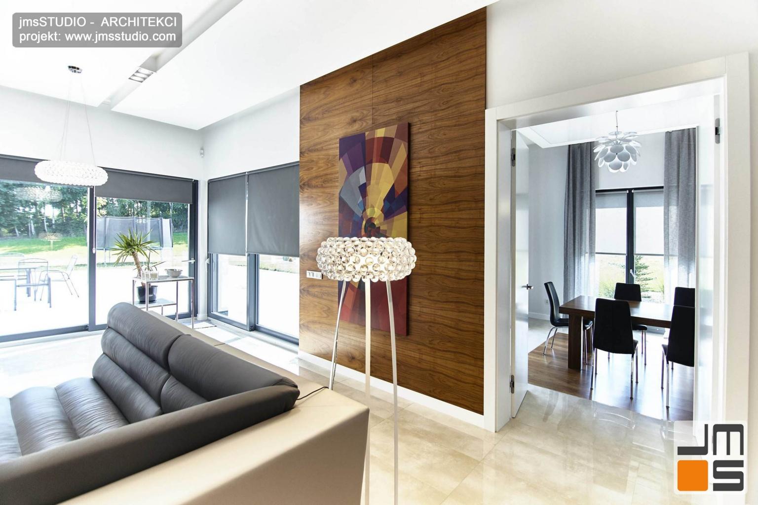 2018 06 projekt wnętrz salonu  zaprojektowano tak by były przestronne eleganckie z dekoracyjną ścianą z forniru