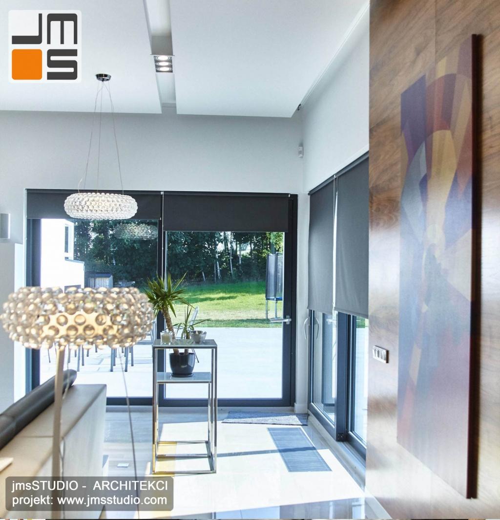 2018 06 projekt wnętrz salonu zakładał jasna podłogę której kolorystyka jest taka jak kolor posadzki tarasu co pozwoliło zatrzeć granicę między salonem a tarasem w projekcie wnętrz dużego domu po