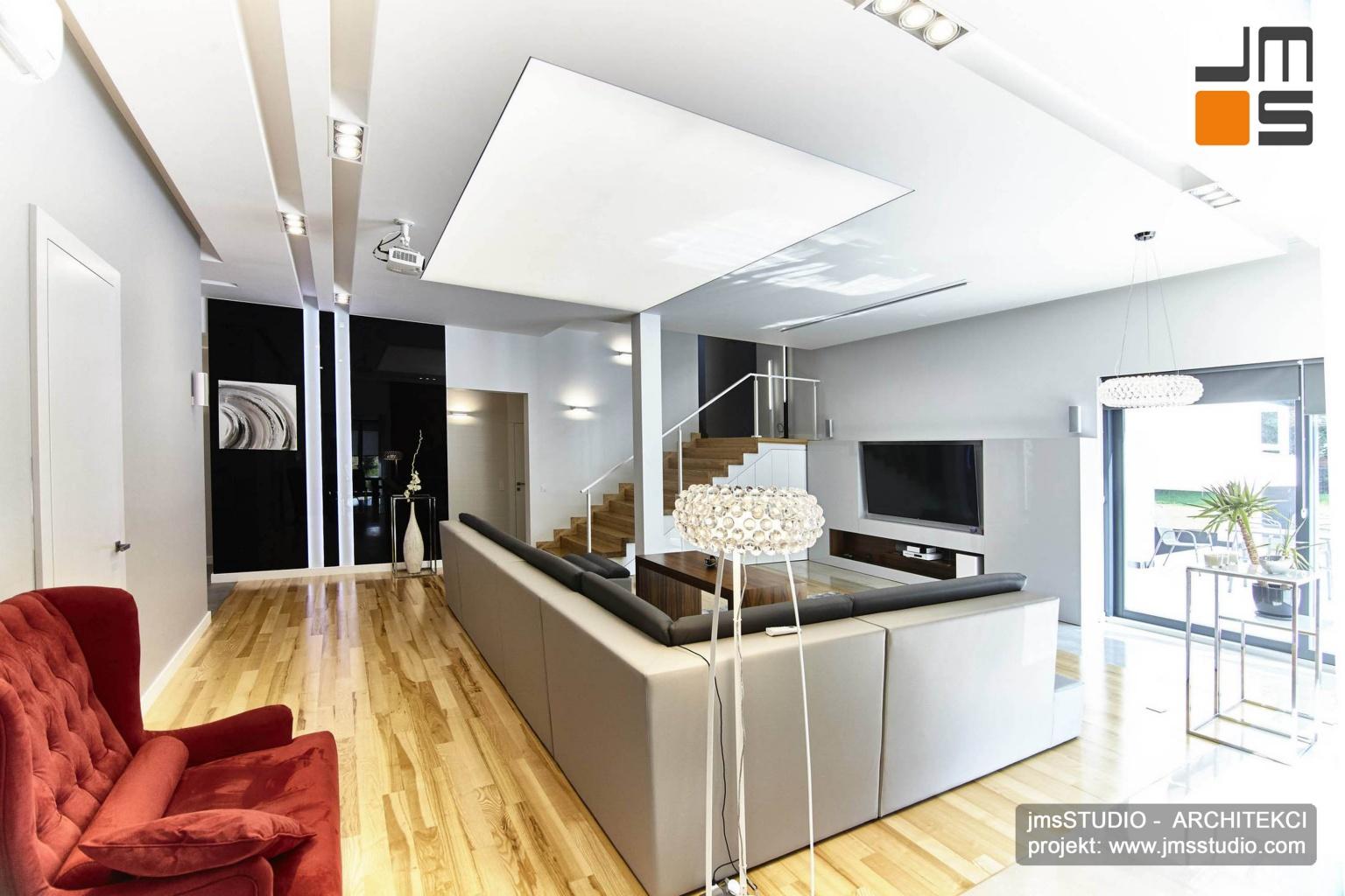 2018 06 projekt wnętrz zakładał że w dużym salonie wnęka na oświetlenie przejdzie w dekoracyjne pasy na ścianie to designerski pomysł na dekoracje wnętrz salonu