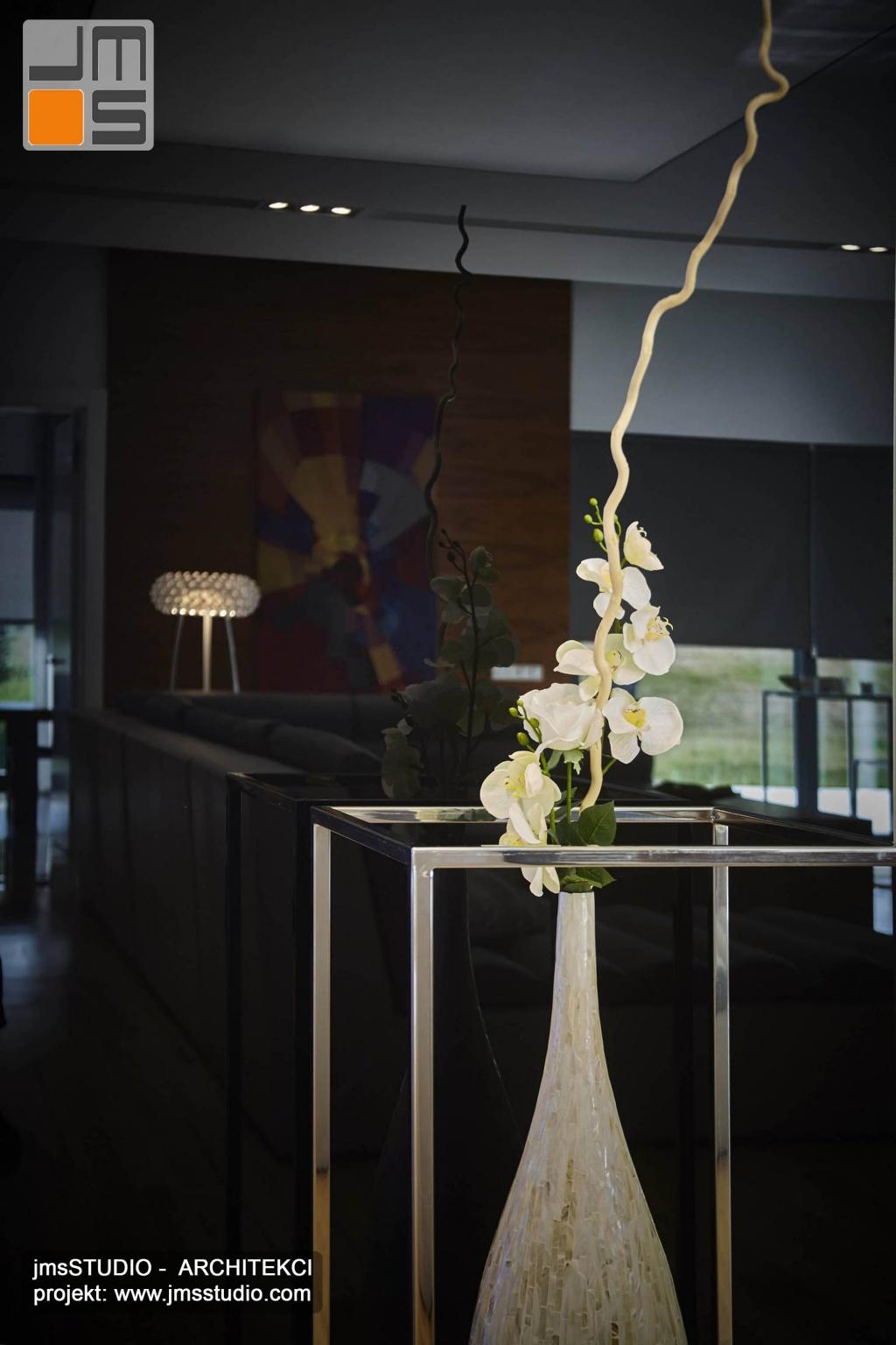 2018 06 ściana z czarnego szkła z ustawionym na jej tle dekoracyjnym wazonem to pomysł na designerską dekorację ściany w projekcie wnętrz salonu pod Poznaniem