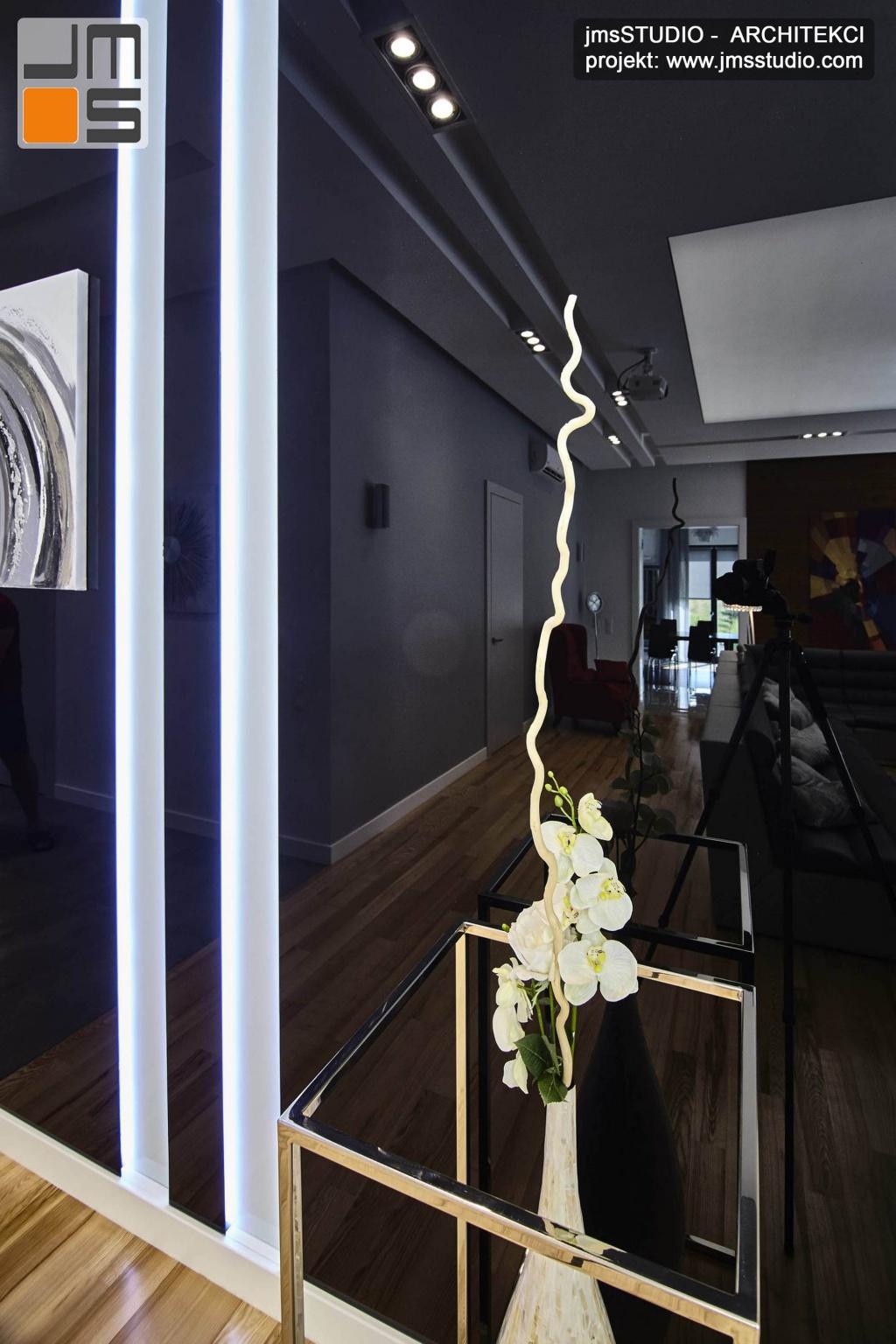 2018 06 w bardzo dużej tafli czarnego lakierowanego szkła na ścianie odbija się projekt wnętrz pięknego salonu w domu pod Poznaniem