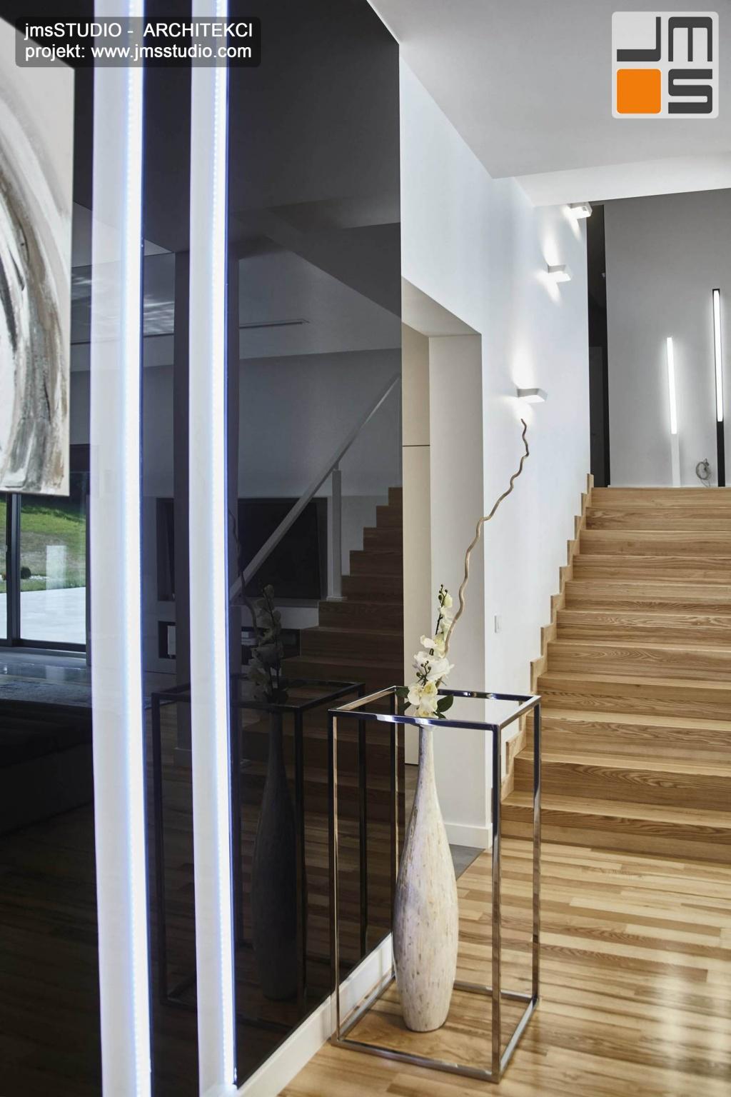 2018 06 w bardzo efektownej dekoracyjnej ścianie z lakierowanego czarnego szkła odbija się całe wnętrze salonu które zostało bardzo dobrze i ciekawie zaprojektowane przez architekta Poznań