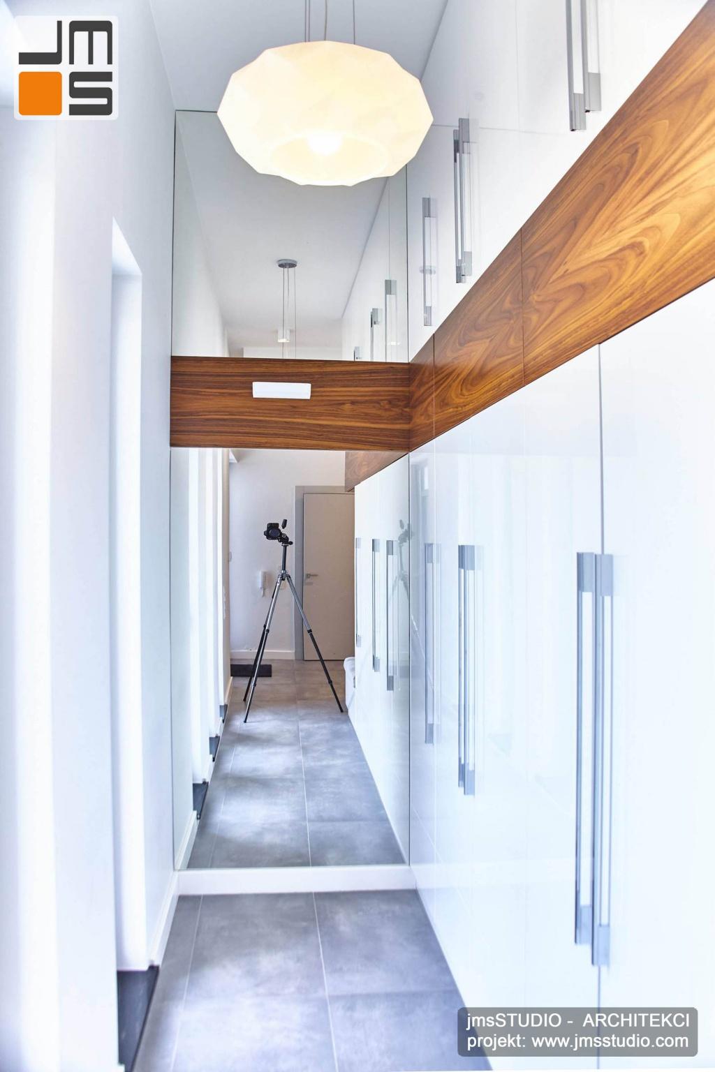 2018 06 w holu nowoczesnego domu pod Poznaniem wnętrza zaprojektowano tak by garderoba była otwarta i zakończona lustrem