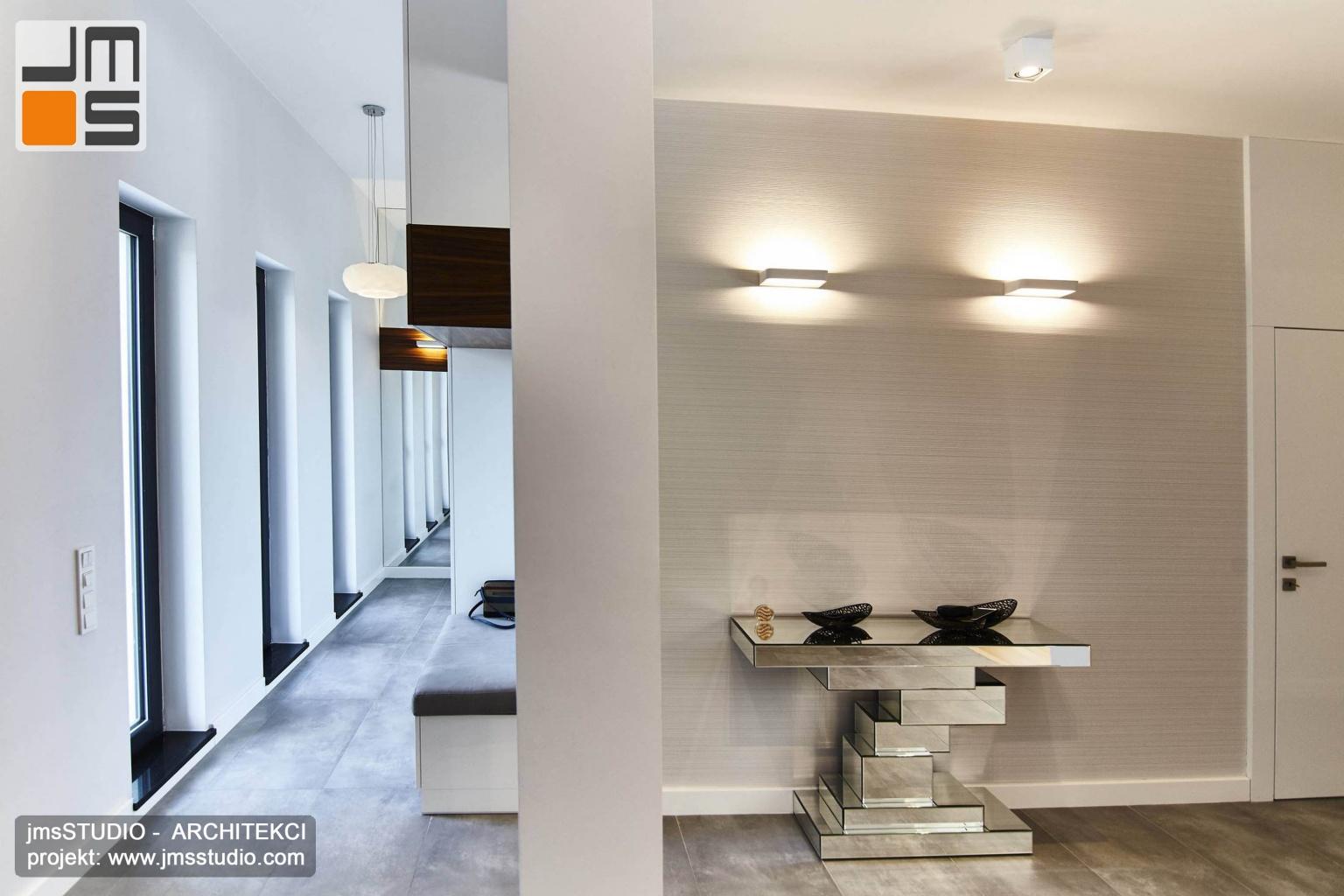 2018 06 w holu wejściowym projekt wnętrz pozwolił stworzyć obok otwartej garderoby z lustrem dekoracyjną ścianę z designerskim szklanym meblem na drobiazgi jak klucze
