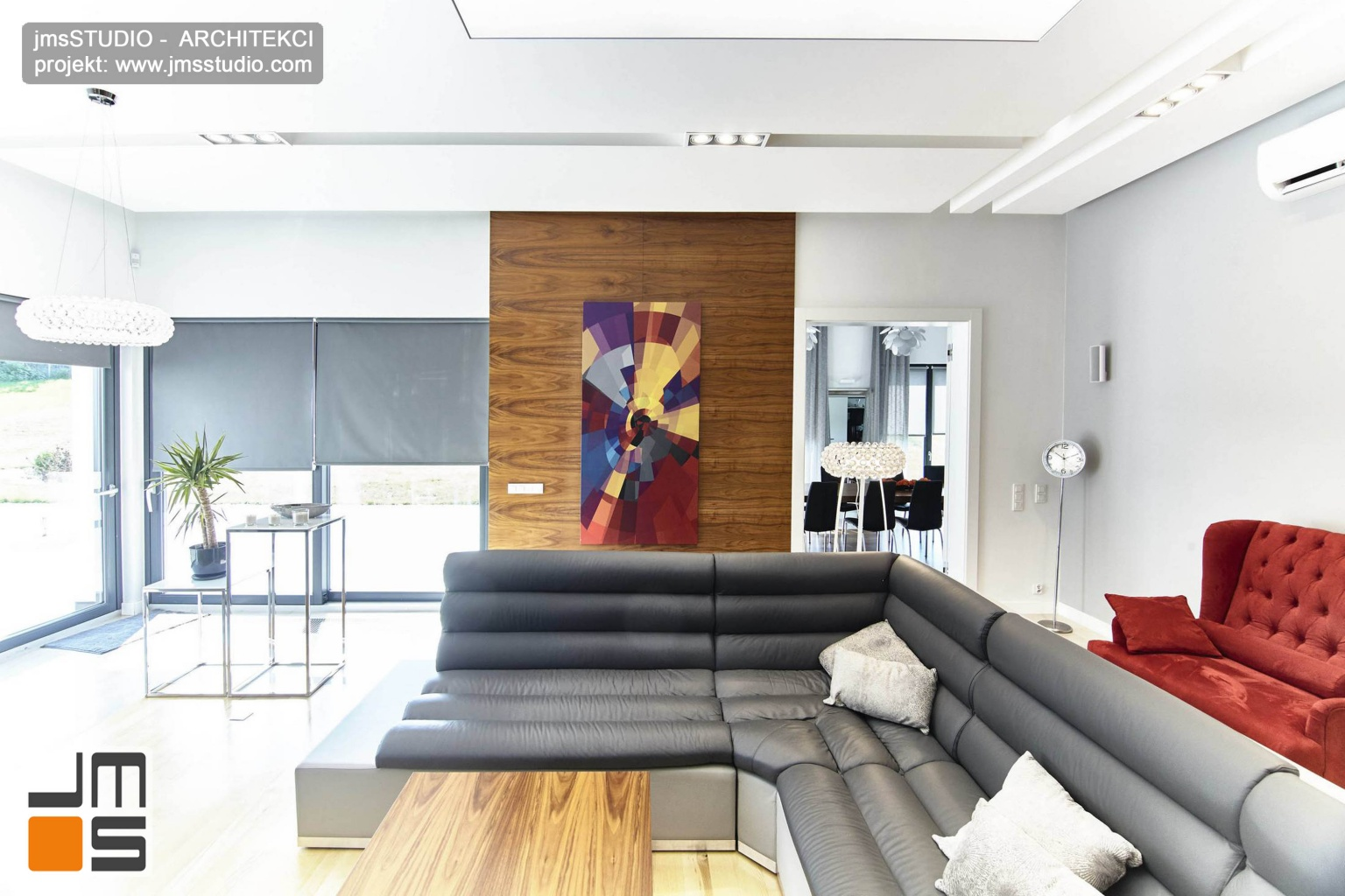 2018 06 w projekcie wnętrz dużego salonu w domu pod Poznaniem wykorzystano szarą kolorystykę z czerwonym fotelem i obrazem jako akcentami