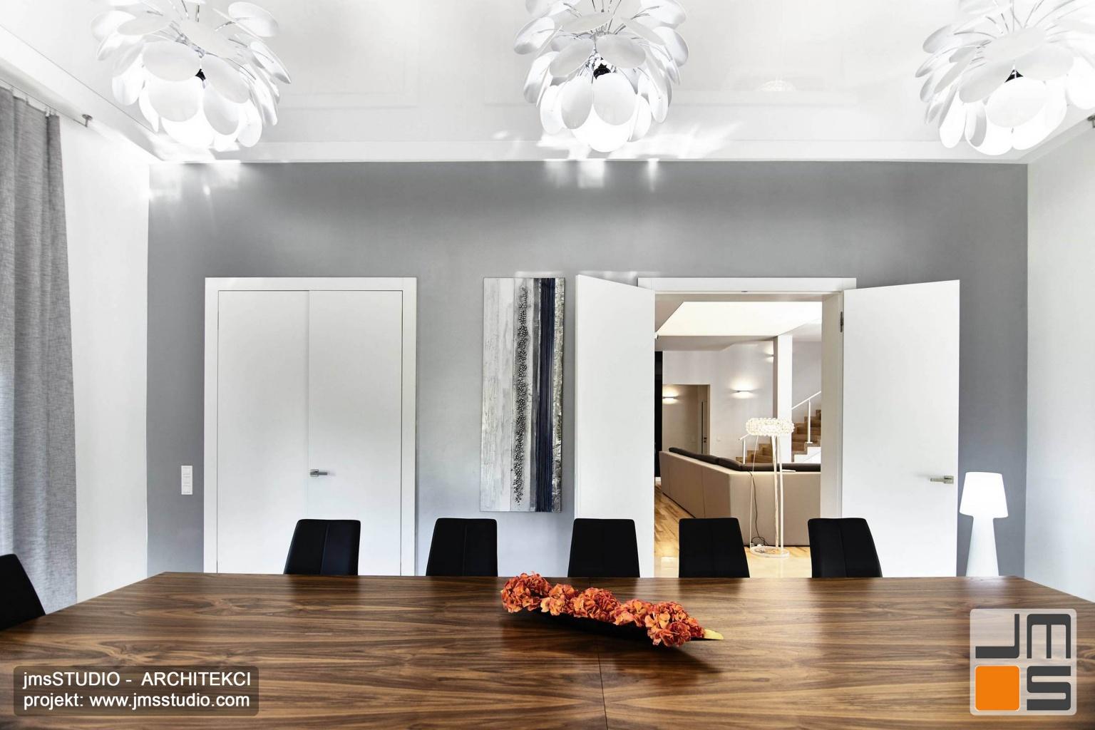 2018 06 w projekcie wnętrz dużej eleganckiej jadalni wykorzystano piękny stół z drewna orzechowego i kontrastujące z nim czarne krzesła