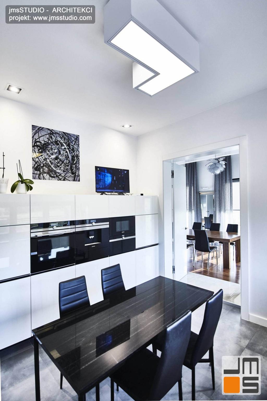 2018 06 w projekcie wnętrz kuchni zastosowano bardzo efektowną lampę sufitową na stropową w kolorze białym która pasuje do prostych białych lakierowanych mebli kuchennych
