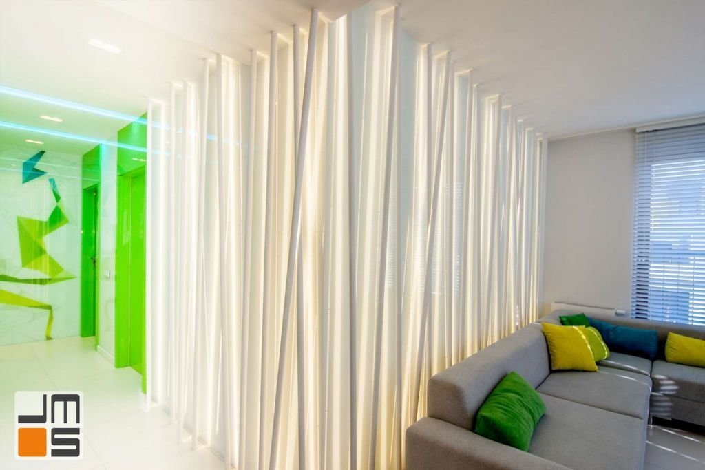 Wykończenie ścian w nowoczesnym apartamencie Ekskluzywne oświetlenie salonu