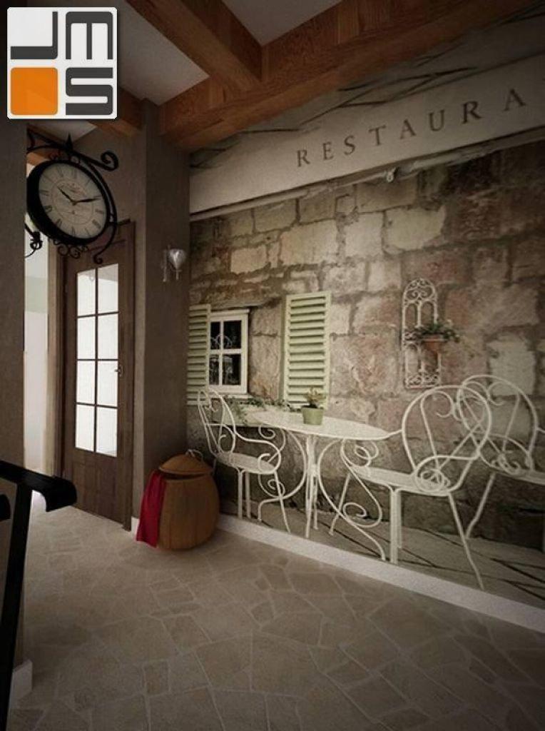 Projekt wnętrz holu w stylu prowansalskim z kamienną podłogą i fototapetą