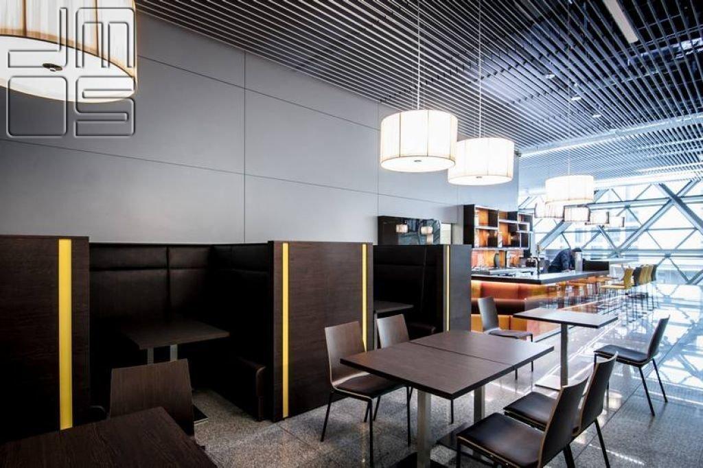 Aranżacja eleganckiej restauracji na lotnisku