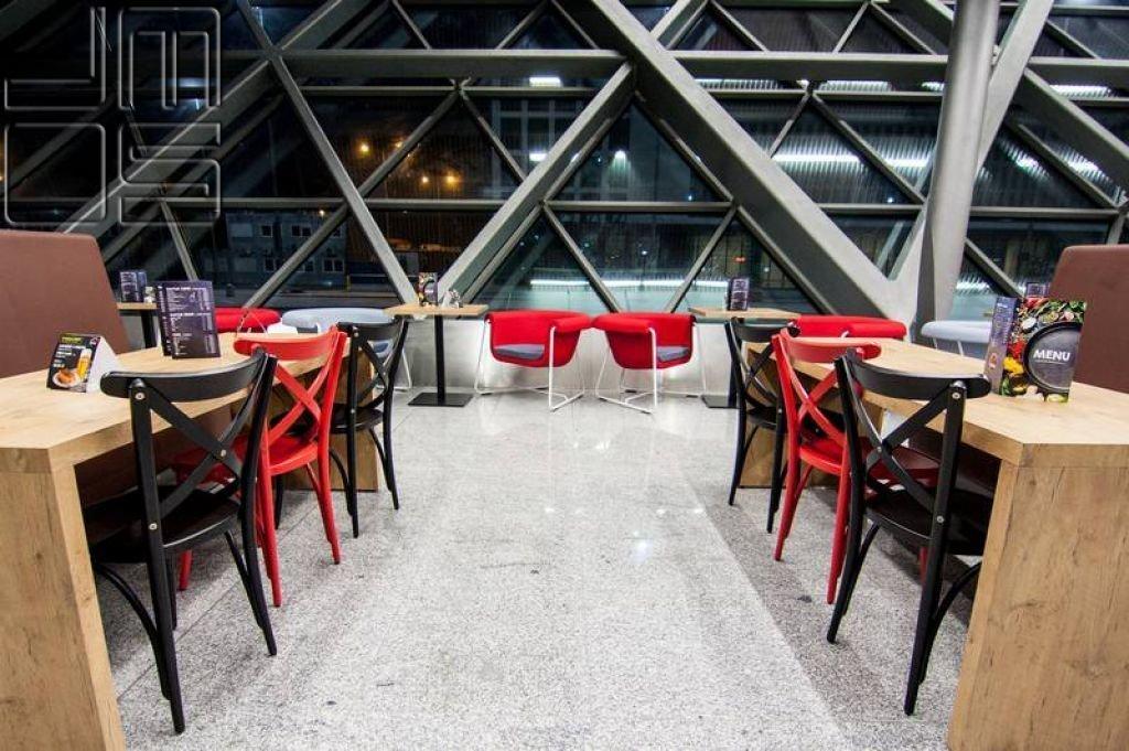 Aranżacja kolorystyczna restauracji na lotnisku