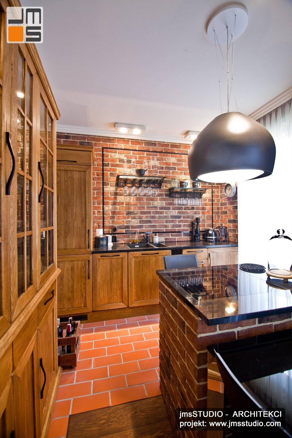 Meble dębowe w projekt wnętrz mieszkania o klimacie rustykalnym to pomysł na meble kuchenne pasujące do dekoracja cegła na ścianie.