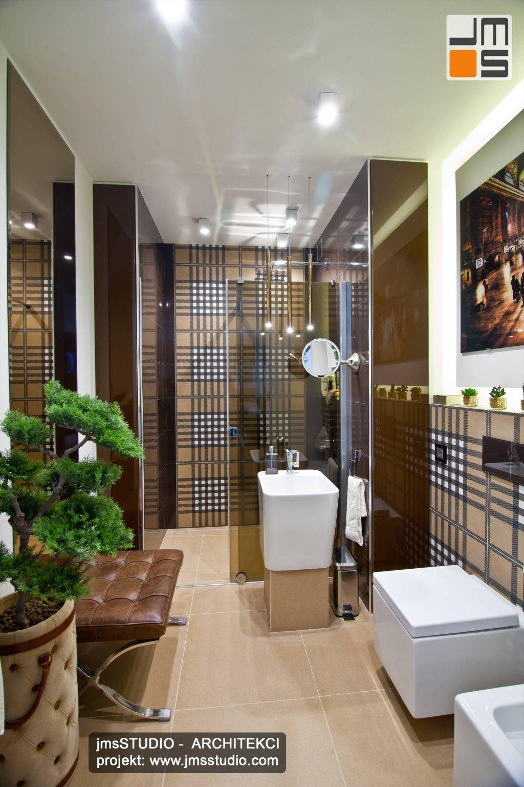 Ekskluzywny projekt wnętrz bardzo eleganckiej łazienki z wolno stojącą umywalką i płytkami gresowymi z oryginalny wzór