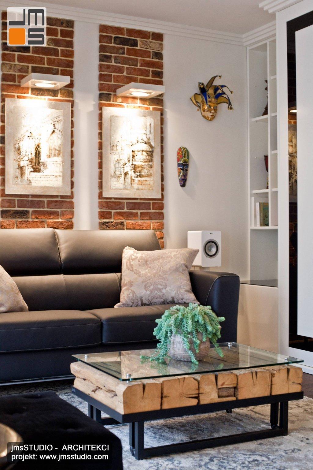 Bardzo ciekawy stolik kawowy ze szkła drewna i czarnej stali w projekt wnętrz salonu w małym mieszkaniu w Krakowie