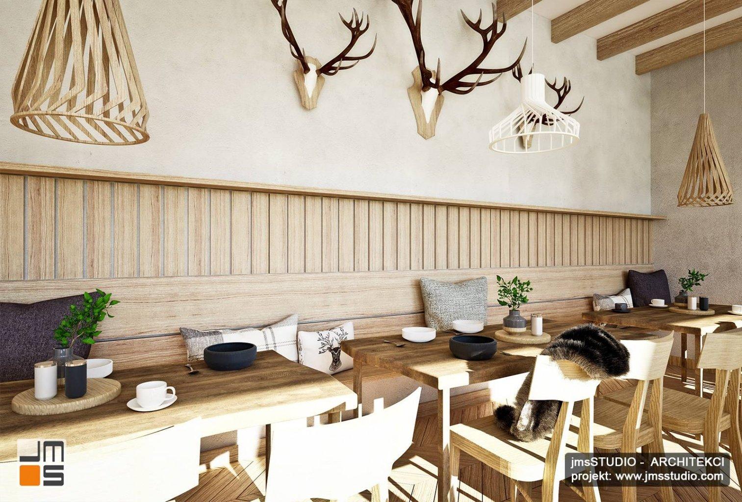 oryginalne lampy drewniane w projekt wnętrz restauracji regionalnej styl góralski z drewno na ścianie i trofea