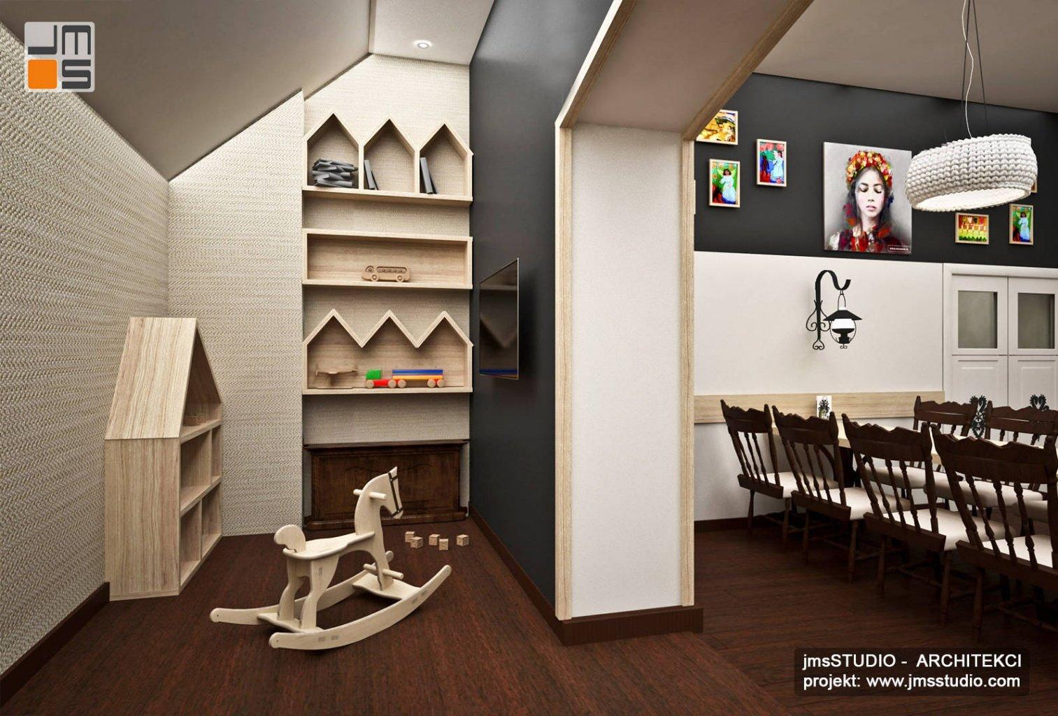 kącik zabaw dla dzieci w projekt restauracji nowoczesnej w stylu góralskim z konik na biegunach z drewna