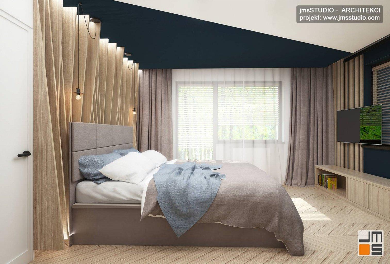 duże łóżko i drewniane żaluzje na ścianie to pomysł na dekoracja ścian w sypialni projekt Katowice