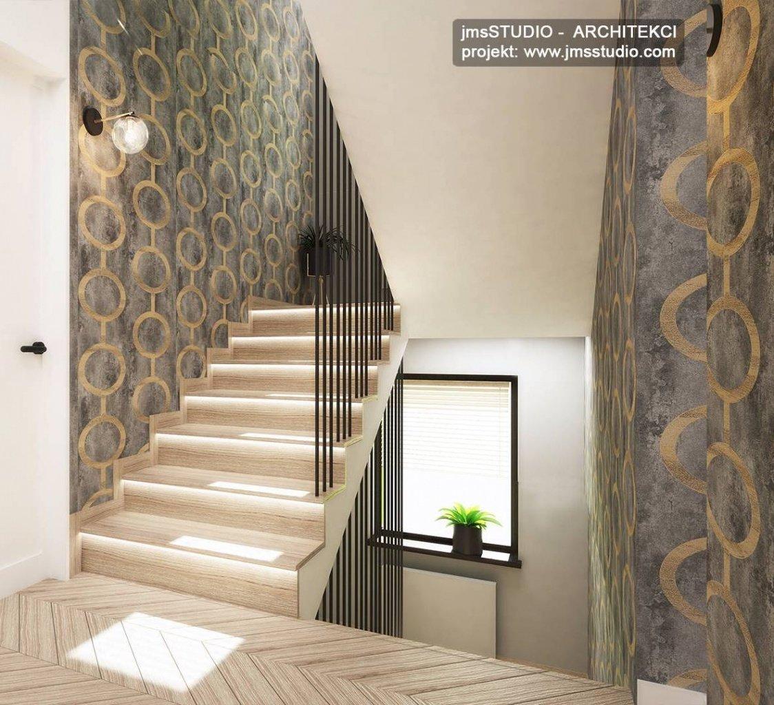 ciekawa tapeta z wzorem i czarna balustrada z rur stalowych to aranżacja wnętrz klatki schodowej w Katowice
