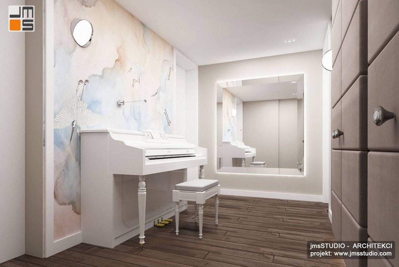 Duże lustro w pomieszczeniu do gry na pianinie to projekt wnętrz apartamentu w Krakowie z tapetą z nadrukiem