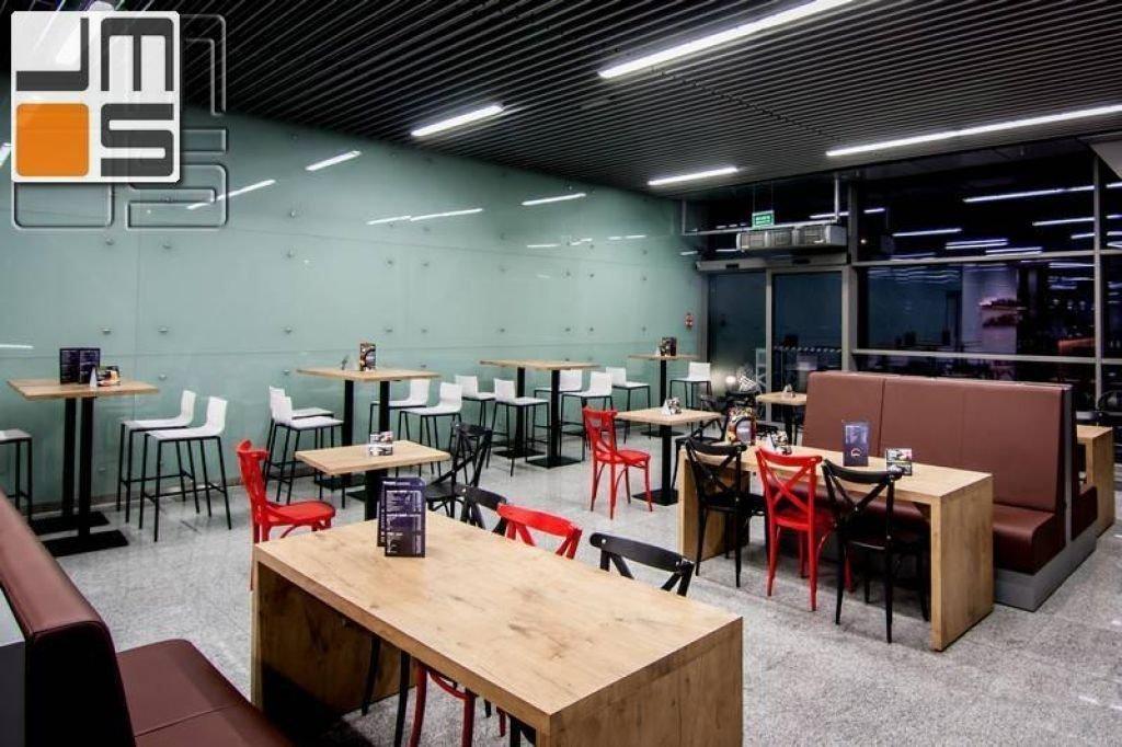 Projekt sali konsumpcyjnej ze szklaną ścianą