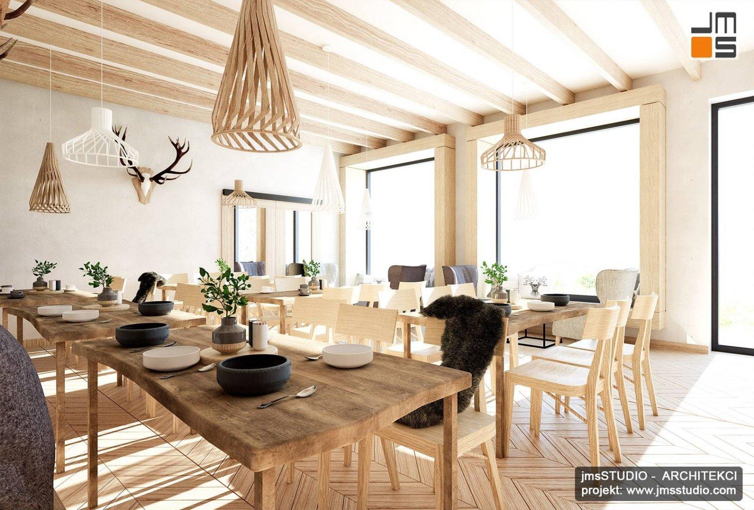 Piękny projekt wnętrz restauracji regionalnej w stylu góralskim w Pieninach z lampy drewniane duże okna