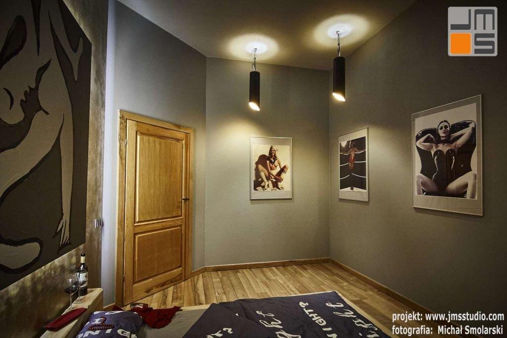 W dużych ramach aluminiowych powieszono na ścianach projektowanej sypialni duże zdjęcia kobiet - akty