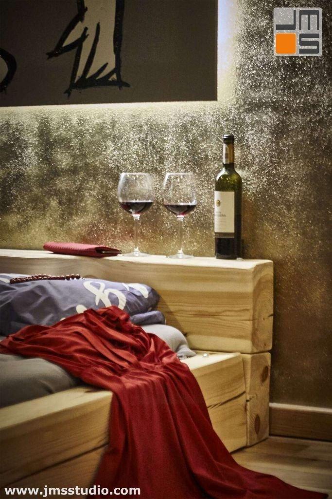 We wnętrzu sypialni zastosowano duże solidne łóżko z litego drewna