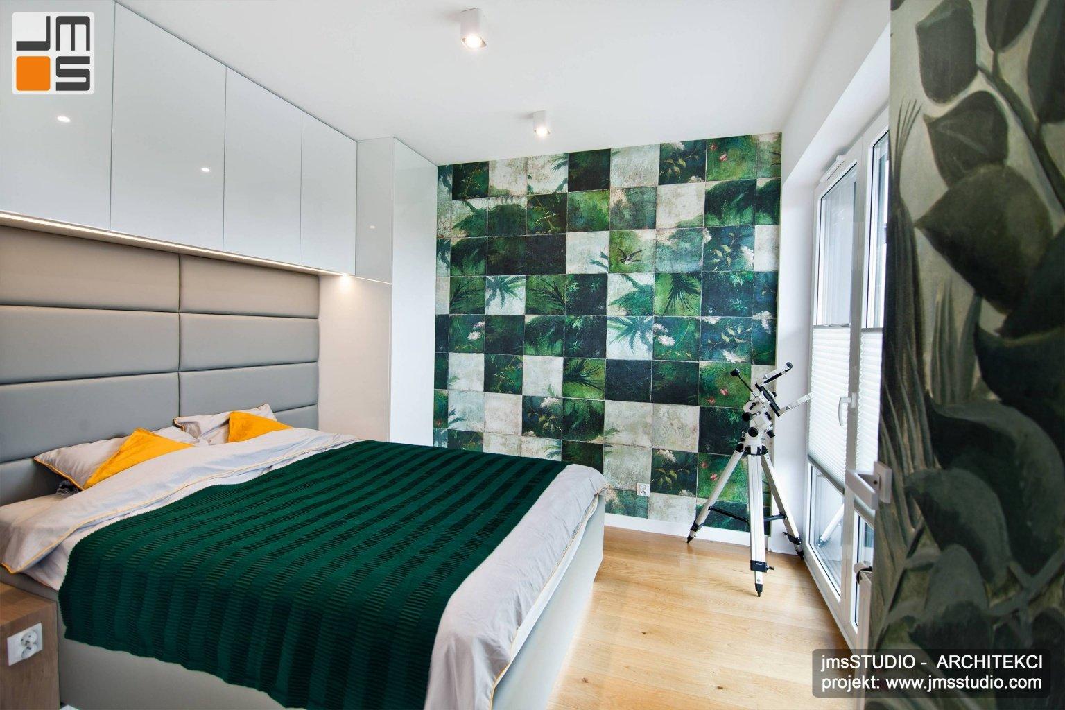 pomysł na sypialnię z ciekawą tapetą na ścianie  i zielonymi akcentami