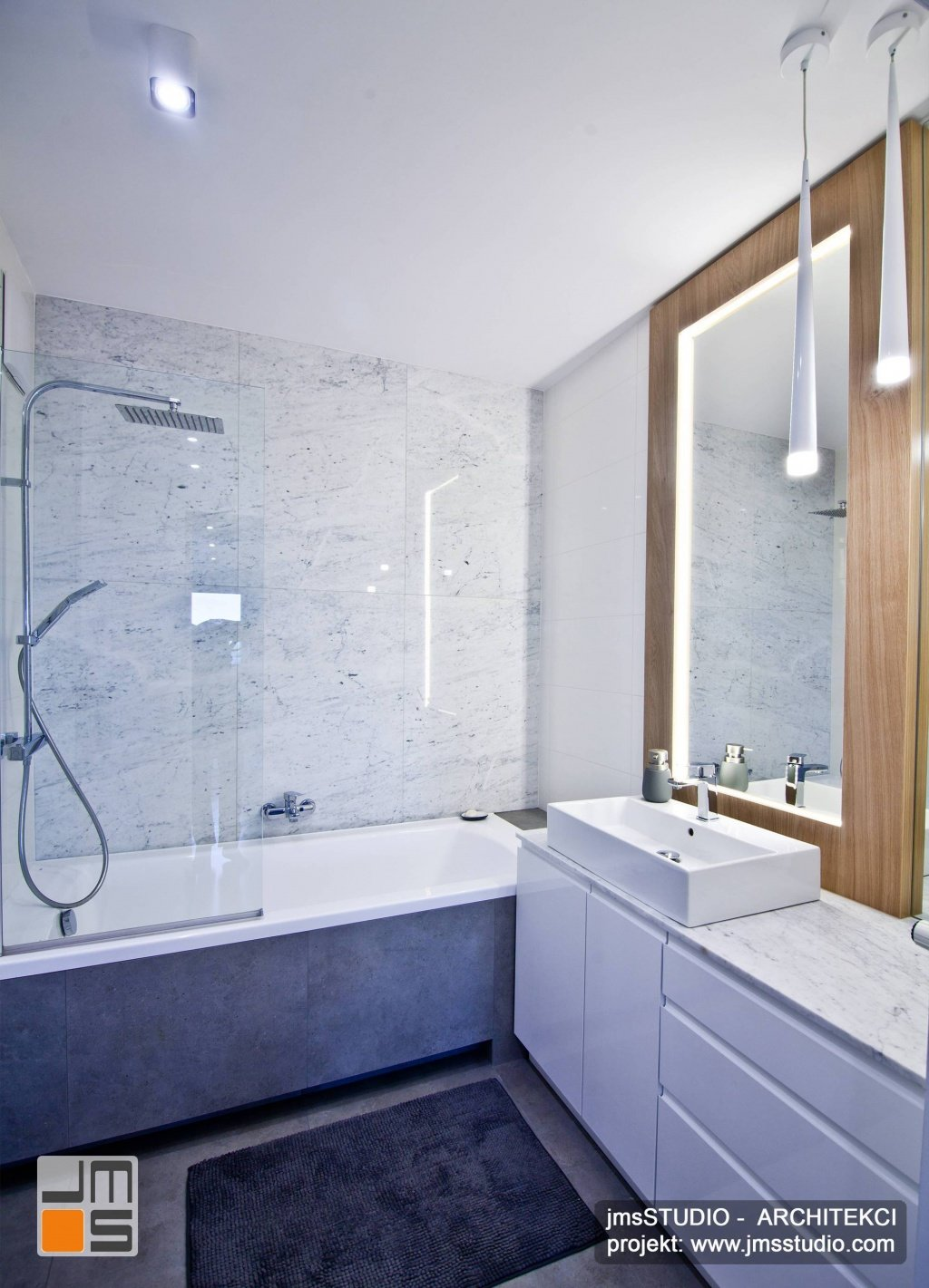 projekt łazienki z deszczownicą i marmurem na ścianach