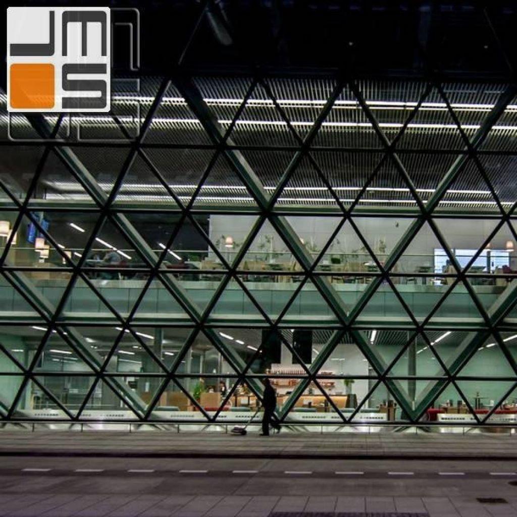 Widok restauracji patrząc z zewnątrz na budynek terminala T4 Kraków-Balice